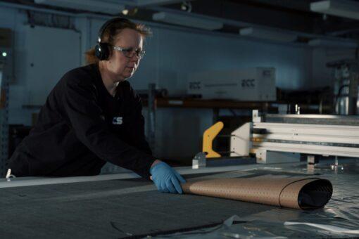 Hiilikuitumateriaalin leikkaaminen NC-ohjatulla materiaalileikkurilla.